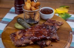 Coaste de porc cu Wedges și sos BBQ