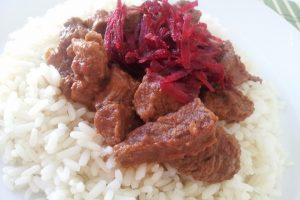 Curry de vita cu sfecla rosie si garnitura de orez