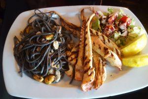 Caracatiţă la grill cu spaghete nero di sepia